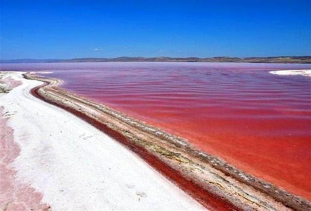Göl düzenli aralıklarla mavi, beyaz, kırmızıya dönüşüyor